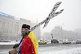Sorin Prisacaru, ein Mönch protestiert weiter, Nach den Massenprotesten in Bukarest / Rumänien 08.02. 2017. / Die Aktivisten und Teile der Bevölkerung fordern auch nach der Rücknahme des Gesetzes, dessen Entwurf die Proteste mobilisiert haben,einen Rücktritt der Regierung. /  Anlässlich der geplanten Änderungen der Anti-Korruptionsgesetze gingen Zehntausende auf die Straße. Die größten Demonstrationen seit 26 Jahren.