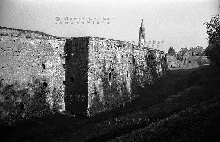 Pizzighettone, cittadina fortificata presso Cremona. Le mura, il fossato e il campanile della chiesa --- Pizzighettone, fortified town near Cremona. The walls, the moat and the church tower