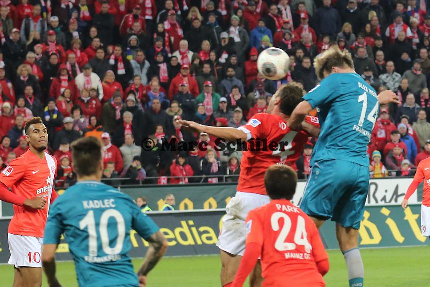 Kopfball Alex Meier (Eintracht) gegen Nikolce NOveski (Mainz) - 1. FSV Mainz 05 vs. Eintracht Frankfurt, Coface Arena, 12. Spieltag