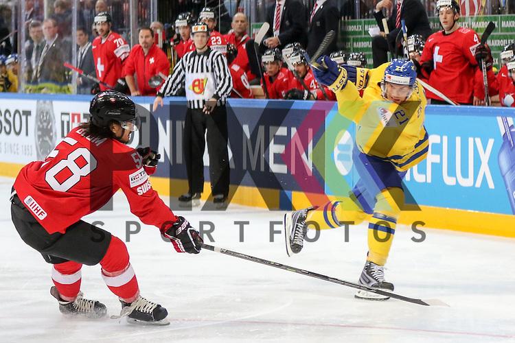 Schwedens Eriksson, Loui (Nr.21) mit einem Schuss gegen Schweizs Blum, Eric (Nr.58)  im Spiel IIHF WC15 Schweiz vs. Schweden.<br /> <br /> Foto &copy; P-I-X.org *** Foto ist honorarpflichtig! *** Auf Anfrage in hoeherer Qualitaet/Aufloesung. Belegexemplar erbeten. Veroeffentlichung ausschliesslich fuer journalistisch-publizistische Zwecke. For editorial use only.