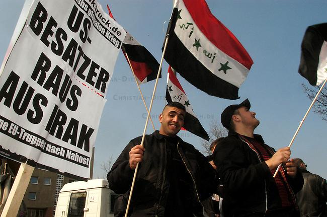 Protest gegen US-Krieg in Berlin<br /> Etwa 15.000 Menschen demonstrierten am Sonnabend den 12. April 2003 in Berlin gegen des US-Krieg gegen den Irak. Motto der Demonstration: &quot;Friede statt Besatzung&quot;. Die Demonstration zog als eine Art ruhiger und beschaulicher Friedens-Spaziergang durch den Tiergarten zum Brandenburger Tor.<br /> Hier: Exil-Iraker mit Nationalflaggen.<br /> 12.4.2003, Berlin<br /> Copyright: Christian-Ditsch.de<br /> [Inhaltsveraendernde Manipulation des Fotos nur nach ausdruecklicher Genehmigung des Fotografen. Vereinbarungen ueber Abtretung von Persoenlichkeitsrechten/Model Release der abgebildeten Person/Personen liegen nicht vor. NO MODEL RELEASE! Nur fuer Redaktionelle Zwecke. Don't publish without copyright Christian-Ditsch.de, Veroeffentlichung nur mit Fotografennennung, sowie gegen Honorar, MwSt. und Beleg. Konto: I N G - D i B a, IBAN DE58500105175400192269, BIC INGDDEFFXXX, Kontakt: post@christian-ditsch.de<br /> Bei der Bearbeitung der Dateiinformationen darf die Urheberkennzeichnung in den EXIF- und  IPTC-Daten nicht entfernt werden, diese sind in digitalen Medien nach &sect;95c UrhG rechtlich geschuetzt. Der Urhebervermerk wird gemaess &sect;13 UrhG verlangt.]