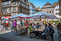 France, Alsace, Department Bas-Rhin, Strasbourg: Cafe Rohan at Marché aux Cochons de Lait | Frankreich, Elsass, Départements Bas-Rhin, Strassburg: Cafe Rohan auf dem Spanferkelmarkt (Marché aux Cochons de Lait)