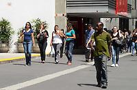 SÃO PAULO, SP, 13 DE JANEIRO DE 2012 - CLIMA TEMPO - Paulistano se refresca na tarde desta sexta-feira,13, na região da Avenida Paulista onde os termometros marcaram mais de 30 graus. FOTO: ALEXANDRE MOREIRA - NEWS FREE.