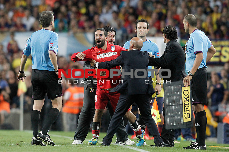 Atletico de Madrid's Arda Turan (2l) have words with the referee David Fernandez Borbalan (l) in presence of the coach Diego Pablo Cholo Simeone (2r) and the Second Coach German Mono Burgos (b) during Supercup of Spain 2nd match.August 28,2013. Foto © nph / Acero)