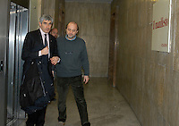 Roma Febbraio 2005.Redazione del quotidiano Il Manifesto, sequestro di Giuliana Sgrena.Il presidente della camera Pierferdinando Casini in visita alla redazione di via Tomacelli con il direttore Gabriele Polo..Rome, February 2005.Editor of the newspaper Il Manifesto, Giuliana Sgrena kidnapping.Blow through the windows of the drawing in Via Tomacelli