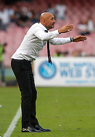 Calcio, Serie A: Napoli vs Roma. Napoli, stadio San Paolo, 15 ottobre. <br /> Roma&rsquo;s coach Luciano Spalletti gives indications to his players during the Italian Serie A football match between Napoli and Roma at Naples' San Paolo stadium, 15 October 2016. Roma won 3-1.<br /> UPDATE IMAGES PRESS/Isabella Bonotto