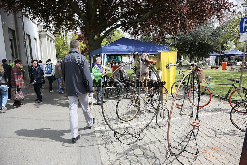 Oberbürgermeister Patrick Burghardt besucht den RV Opel mit seinen historischen Fahrrädern