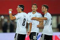 Fussball International  WM Qualifikation 2014   11.09.2012 Oesterreich - Deutschland Mesut Oezil mit Miroslav Klose und Thomas Mueller (v. li., Deutschland)