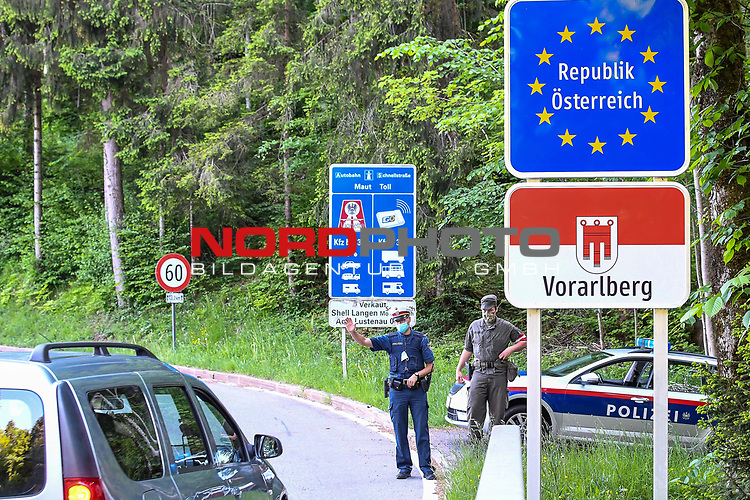 18.05.2020, Grenzübergang, Langen bei Bregenz, AUT, Coronavirus, Grenzkontrollen in Vorarlberg, am 17.05.2020 hat Vorarlberg wieder alle Grenzübergänge von Deutschland nach Österreich geöffnet. Alle technische Sperren wurden abgebaut. Teams bestehend aus Mitarbeitern des österreichischen Bundesheeres und der Polizei kontrollieren vor Ort.<br /> im Bild Grenzkontrolle am Grenzübergang Neuhaus (D) / Langen bei Bregenz (A)<br /> <br /> Foto © nordphoto / Hafner