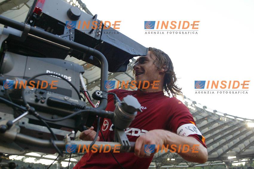Roma 21/4/2004 CAMPIONATO ITALIANO SERIE A<br /> LAZIO - ROMA<br /> totti esulta con la telecamera dopo il gol del pareggio<br /> FOTO Andrea Staccioli Insidefoto