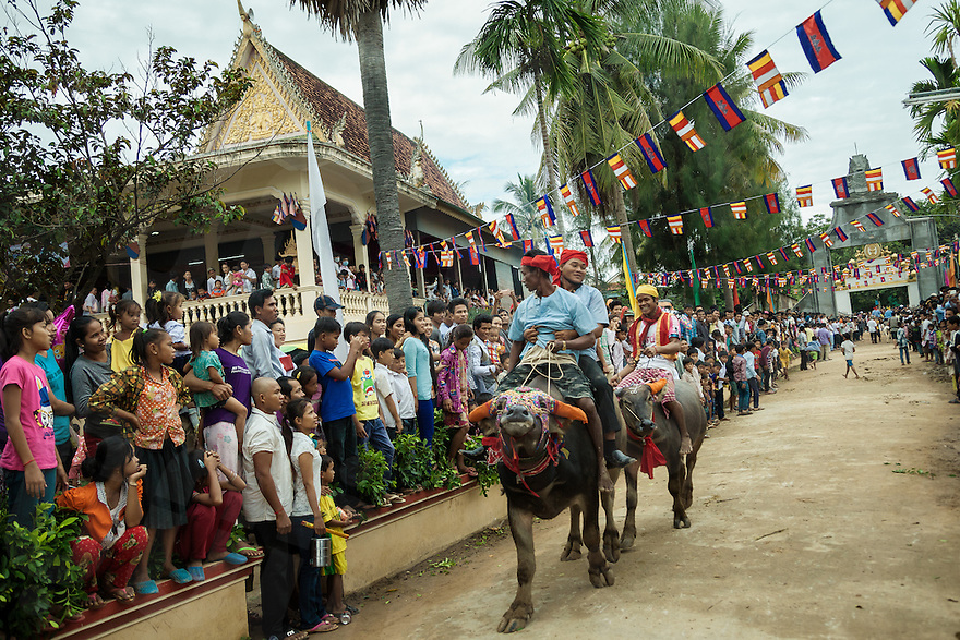 04/10/2013 - Vihear Suor (Kandal - Cambodia). Buffalo riders compete during the annual races held as part of the Festival of the Dead (Pchum Ben) in the small village of Vihear Suor. © Thomas Cristofoletti / Ruom.