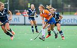 BLOEMENDAAL  - Sanne Caarls (Bldaal) met Dana Luijkx (Pinoke) tijdens de hoofdklasse competitiewedstrijd vrouwen , Bloemendaal-Pinoke (1-2) . COPYRIGHT KOEN SUYK