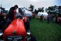 Confine Croazia - Serbia 5/1995.Nei primi giorni di maggio del 1995 venne lanciata dalle forze croate con supporto della CIA l'operazione Lampo (Operacija Bljesak) che costrinse migliaia di serbi a fuggire dalla Slavonia e da Vukovar. Nella foto una colonna di profughi serbi in fuga con i loro trattori verso la Serbia..Foto Livio Senigalliesi..Border Croatia-Serbia may 1995.On May 1, 1995, Croatian Army troops supported by US intelligence (CIA) launched an offensive aimed at regaining control of Serb-held lands in western Slavonia. Thousands of serbs fled to Republika Srpska or Serbia. In the picture column of serbs refugees on the way to Serbia..Photo Livio Senigalliesi