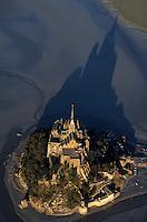 Europe/France/Normandie/Basse-Normandie/50/Manche/Baie du Mont Saint-Michel: Le mont dans la lumière du soir -  Vue aérienne