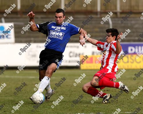 2009-02-08 / Voetbal / Rupel-Boom - Hoogstraten / Jens Verroken (Rupel-Boom) probeert de tackle van Jens Govaerts te ontwijken...Foto: Maarten Straetemans (SMB)