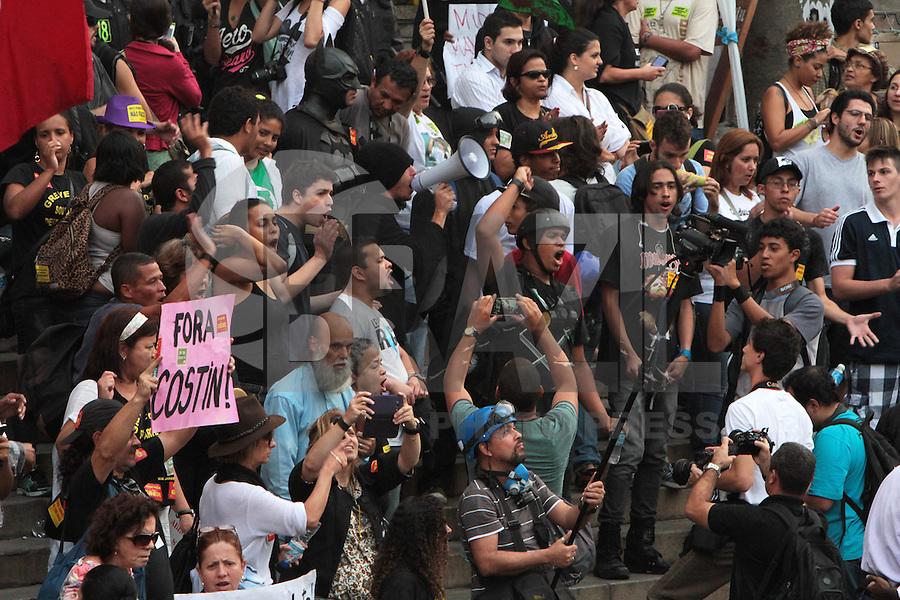 RIO DE JANEIRO, RJ, 30.09.2013 - MANIFESTANTES REALIZAM ATO CONTRA PLANO DE CARGOS E SALÁRIOS DOS PROFESSORES - Manifestantes  realizam ato ao redor da câmara dos vereadores contra a votação do plano de cargos e salários da prefeitura que será votado nessa terça, na Cinelândia, segunda 30. (Foto: Levy Ribeiro / Brazil  Photo Press)