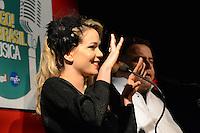 RIO DE JANEIRO, RJ, 23 JULHO 2012 - PREMIO CONTIGO DE MPB - Leandra Leal e Leo Jaime apresentando a cerimonia de entrega do primeiro Premio Contigo de Musica Popular Brasileira, no espaco Miranda, zona sul do rio.(FOTO: MARCELO FONSECA / BRAZIL PHOTO PRESS).