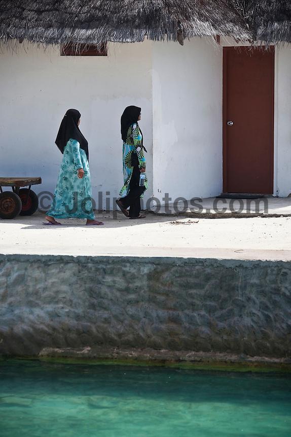 Muslim women at the Dhonveli Resort, Maldives (Saturday, June 13th, 2009). Photo: joliphotos.com