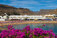 Spain, Gran Canaria, Puerto de Mogan: Beach and inland mountains | Spanien, Gran Canaria, Puerto de Mogan: Strand
