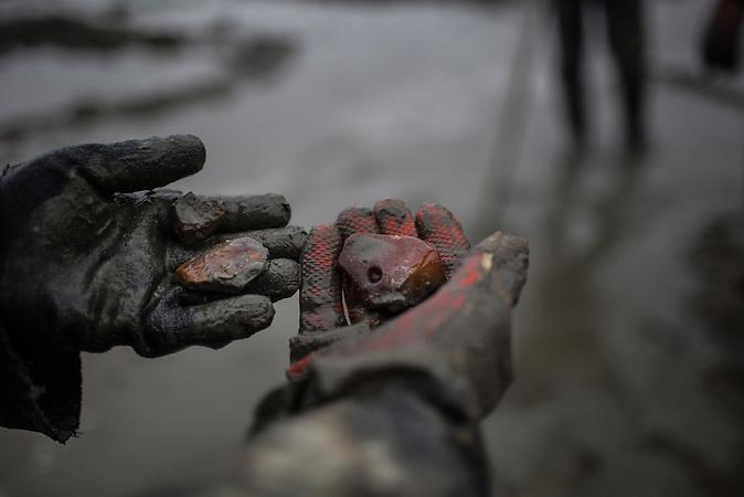 """Illegaler Bernsteinabbau in Chrabowo, Region Kaliningrad. Obwohl Geldstrafen drohen, betreiben viele Menschen dort den Schwarzabbau von Bernstein, denn der ist lukrativ. /<br /><br />""""Black diggers"""" dig for amber in makeshift pools outside the village of Khrabrovo, Kaliningrad region, Russia. Despite fines, confiscation of expensive pumps and cars and even criminal prosecution """"black digging"""" remains a popular occupation in Kaliningrad."""