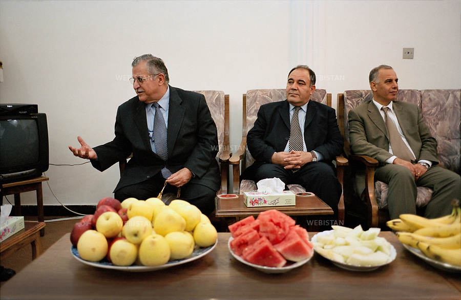 Irak, Souleymanye, Octobre 2002<br />R&eacute;union dans le bureau de Jalal Talabani (&agrave; gauche), fondateur de l&rsquo;Union Patriotique du Kurdistan (UPK), en compagnie de Saadi Ahmad Pira (au centre), membre du parti devenu depuis son porte-parole officiel, et de Chusti Mohyeddin (&agrave; droite). <br />Pr&eacute;sident de la R&eacute;publique d&rsquo;Irak de 2005 &agrave; 2014, Jalal Talabani est mort &agrave; l'&acirc;ge de 83 ans mardi 3 octobre 2017. Victime d'une attaque cardiaque en 2012, son &eacute;tat s'&eacute;tait consid&eacute;rablement aggrav&eacute;, n&eacute;cessitant qu'il soit transport&eacute; en Allemagne peu avant le r&eacute;f&eacute;rendum pour l'autonomie du Kurdistan irakien du 25 septembre 2017.<br />N&eacute; en 1933, il &eacute;tait per&ccedil;u comme le v&eacute;ritable rival de l'actuel pr&eacute;sident du Kurdistan irakien, Massoud Barzani. Il avait combattu en personne durant la grande r&eacute;volte kurde de 1961, et s'&eacute;tait dress&eacute; contre Saddam Hussein et l'oppression de ses troupes &agrave; l'encontre du peule kurde. <br /><br />Iraq, Sulaymaniyah, October 2002<br />Meeting in the office of Jalal Talabani (left), founder of the Patriotic Union of Kurdistan (PUK), with Saadi Ahmad Pira (center), a member of the party who has become its official spokesman, and Chusti Mohyeddin ( right).<br />President of the Republic of Iraq from 2005 to 2014, Jalal Talabani died at the age of 83 on Tuesday, October 3rd, 2017. He suffered a heart attack in 2012. As his condition had worsened considerably, he was transported to Germany shortly before the referendum in the autonomy of Iraqi Kurdistan on September 25th, 2017.<br />Bornin 1933, he was perceived as the real rival of the current president of Iraqi Kurdistan, Massoud Barzani. He had fought in person during the great Kurdish revolt of 1961, and had stood up against Saddam Hussein and the oppression of his troops against the Kurdish people.