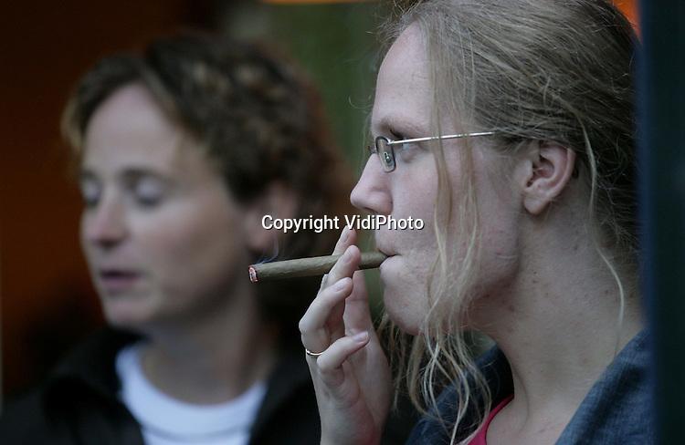 Foto: VidiPhoto..Het roken van sigaren blijft onverminderd populair.