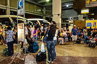 ATENCAO EDITOR: FOTO EMBARGADA PARA VEICULOS INTERNACIONAIS. - RIO DE JANEIRO, RJ, 05 DE SETEMBRO 2012 - SAIDA PARA O FERIADO-RODOVIARIA - Movimentacao na Rodoviaria Novo Rio de embarque e desembarque, nesta quinta feira 06 de setmebro, para o feriado de sete de setembro onde uma das regios mais procuradas e a Regiao dos Lagos, na Rodoviaria Novo Rio, na Zona Portuaria do do Rio de Janeiro.(FOTO: MARCELO FONSECA / BRAZIL PHOTO PRESS).