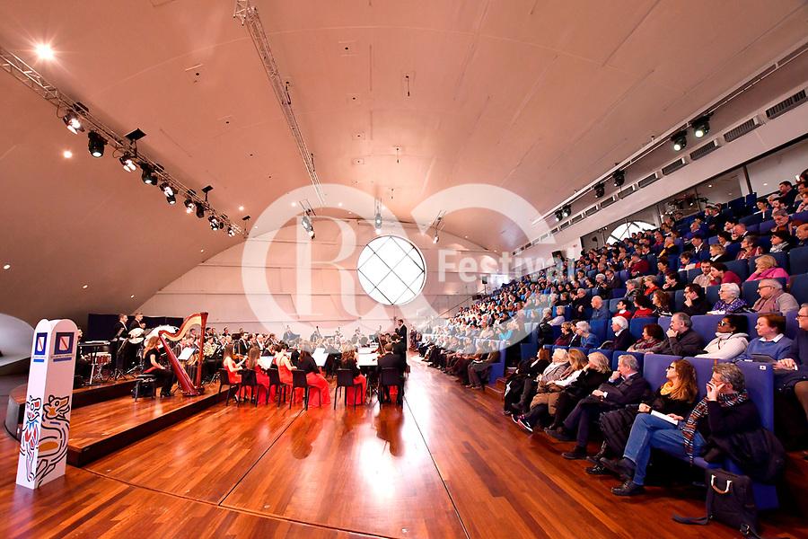 """All'Auditorium Oscar Niemeyer<br /> CONCERTO DI CAPODANNO<br /> Orchestra Filarmonica Salernitana """"Giuseppe Verdi""""<br /> Direttore Jacopo Sipari di Pescasserroli<br /> <br /> Musiche di Rossini, Verdi, Strauss, Bizet"""