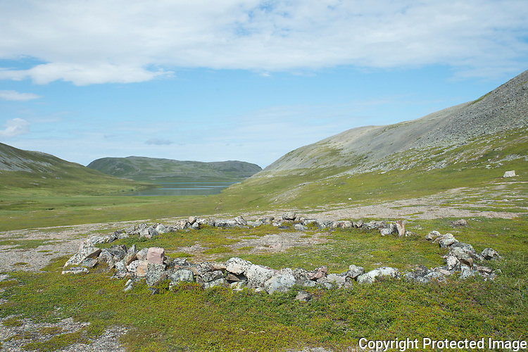 Steinring ved Syltevikvatnet på Varangerhalvøya. ---- Stone ring on Varanger peninsula.
