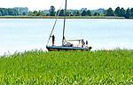 Jezioro Święcajty, 2005-07-08. Żaglówka zacumowana w szuwarach.