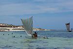 Vezo fishermen nearby Tsifota, 30 miles north of Ifaty.pe?cheurs Vezo pre?s du village de Tsifota 40 km au nord d'Ifaty.