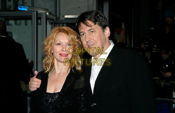 CAMERON CROWE & WIFE.The Times BFI London Film Festival: Elizabethtown - UK film premiere at Odeon West End, London, UK..October 20th, 2005.headshot portrait husband married.www.capitalpictures.com.sales@capitalpictures.com.© Capital Pictures.