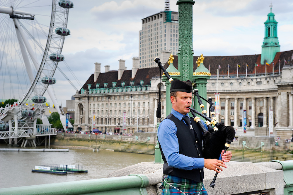 Bag piper n front of the London Eye