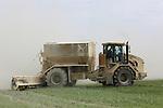 Foto: VidiPhoto<br /> <br /> LAIVES - Een Franse veeboer strooit kalk over zijn grasland bij Laives in de Franse Bourgogne. Op de hoge gronden wordt in Frankrijk kalk gebruikt om de zuurgraad van het gras -en daardoor de productie- op peil te krijgen als de bodem te droog is. Als het te weinig regent wordt de kunstmest niet goed opgenomen door het gras en 'verbrandt' het gras bovendien te snel. Daarom wordt voor het bemesten vaak kalk gestrooid. Wind en droge grond zorgen bij het uitrijden van deze kalk echter voor een spectaculair gezicht. Het grootste deel van de Franse boeren wordt nog steeds financieel overeind gehouden met subsidies van de eigen overheid en de EU.