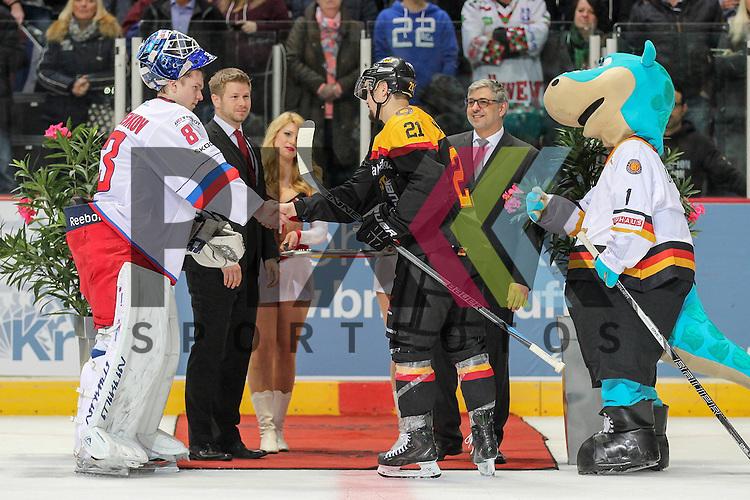 Deutschlands Kraemmer, Nicolas (Nr.21)(Hamburg Freezers) Best Player Deutschland mit Shake Hands im Spiel IIHF WC15 Germany - Russia.<br /> <br /> Foto &copy; P-I-X.org *** Foto ist honorarpflichtig! *** Auf Anfrage in hoeherer Qualitaet/Aufloesung. Belegexemplar erbeten. Veroeffentlichung ausschliesslich fuer journalistisch-publizistische Zwecke. For editorial use only.