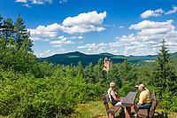 Deutschland, Rheinland-Pfalz, Dahner Felsenland, Erlenbach bei Dahn: Aussichtspunkt von der nahegelegenen Vorburg Klein-Frankreich zur Burg Berwartstein, auch (hochdeutsch) Baerbelstein oder (pfaelzisch) Baerwelstein, bewohnte mittelalterliche Burg im suedlichen Pfaelzerwald | Germany, Rhineland-Palatinate, Dahner Felsenland, Erlenbach bei Dahn: viewpoint near tower named Little France towards Berwartstein Castle a medieval castle in the southern part of the Palatinate Forest