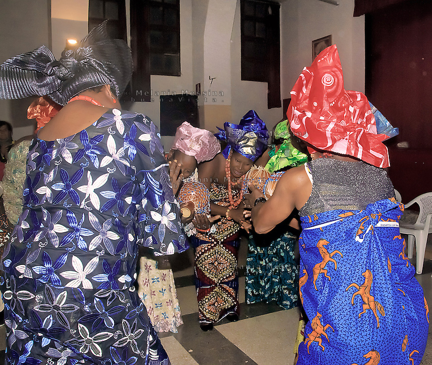 Le donne dell'associazione &quot;Ragazze di Benin city&quot; contro la tratta di esseri umani durante un'esibizione nel centro Arcobaleno.<br /> Women of the Association &quot;Ragazze di Benin city&quot; against human trafficking during an exhibition in the center Arcobaleno.