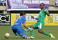 TUNJA -COLOMBIA, 19-09-2015. Wason Renteria jugador de La Equidad anota un gol sobrepasando al Juan Castillo arquero de Patriotas FC durante partido por la fecha 13 de la Liga Postobón II 2014 realizado en el estadio La Independencia de Tunja./ Wason Renteria player of La Equidad scores a goal outpacing to Juan Castillo goalkeeper of Patriotas FC during match for the 13th date of Postobon  League II 2014 played at  La Independencia stadium in Tunja. Photo: VizzorImage/César Melgarejo/STR