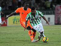 MEDELLIN - COLOMBIA -04-05-2014: Edwin Cardona (Der.) jugador de Atletico Nacional disputa el balón con Yilmar Angulo (Izq.) jugador de Envigado FC durante partido de vuelta entre Atletico Nacional y el Envigado FC por los cuartos de final de la Liga Postobon I 2014, jugado en el estadio Atanasio Girardot de la ciudad de Medellin.  / Edwin Cardona (R), player of Atletico Nacional fights for the ball with Yilmar Angulo (L) player of Envigado FC during a match for the second leg between Atletico Nacional and Envigado FC for the quarter of finals the Liga Postobon I 2014 at the Atanasio Girardot stadium in Medellin city. Photo: VizzorImage. / Luis Rios / Str.