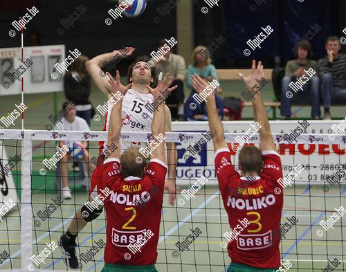 2007-11-03 / Volleybal / Puurs - Maaseik / Claerman (Puurs) vindt het block van Siltala en Holubec (3) op zijn weg...Foto: Maarten Straetemans (SMB)