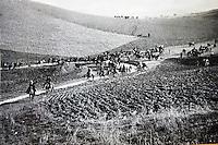 Una foto storica di contadini siciliani durante l'occupazione delle terre intorno a Corleone