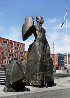 Beeld van Anton de Kom, op het Anton de Komplein in Amsterdam. Cornelis Gerhard Anton de Kom was een Surinaams anti-koloniale schrijver, nationalist en verzetsstrijder tijdens de Tweede Wereldoorlog in Nederland