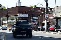 SAO PAULO, SP - 19.08.2015 - TRANSITO-SP - Faixas e novas placas foram implantadas na manh&atilde; desta quarta-feira (19) sinalizando a redu&ccedil;&atilde;o de velocidade na Av. Carlos Caldeira Filho, na zona sul de S&atilde;o Paulo. A partir do dia 20 de agosto a velocidade passa de 60km/h para 50km/h em toda a via.<br /> <br /> (Foto: Fabricio Bomjardim / Brazil Photo Press)