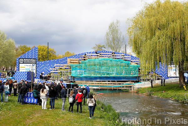 Nederland Eindhoven 2016 04 23. Studenten van de TU/e hebben vandaag een nieuw wereldrecord gevestigd met een bierkrattenbrug van 27 meter overspanning. De brug, die over rivier de Dommel is gebouwd, bestaat uit ongeveer 7.000 bierkratten. Foto Berlinda van Dam / Hollandse Hoogte