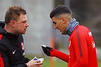 Aymen Barkok (Eintracht Frankfurt) hat einen Schlag abbekommen und blutet aus der Nase - 05.12.2017: Eintracht Frankfurt Training, Commerzbank Arena