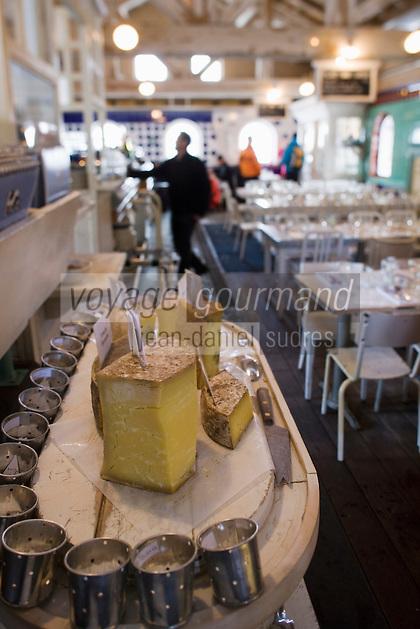 Europe/France/73/Savoie/Val d'Isère: Plateau de fromages régionaux au restaurant d'altitude: La Fruitière