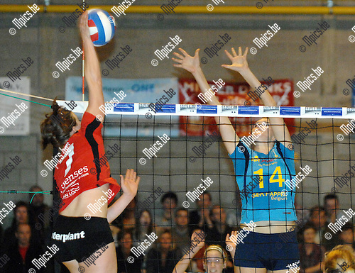 2008-01-19 / Volleybal / Amigos Zoersel - Zandhoven  / I. De Faudeur van Amigos probeert de smash van Sarah Smits van Zandhoven te blocken..Foto: Maarten Straetemans (SMB)