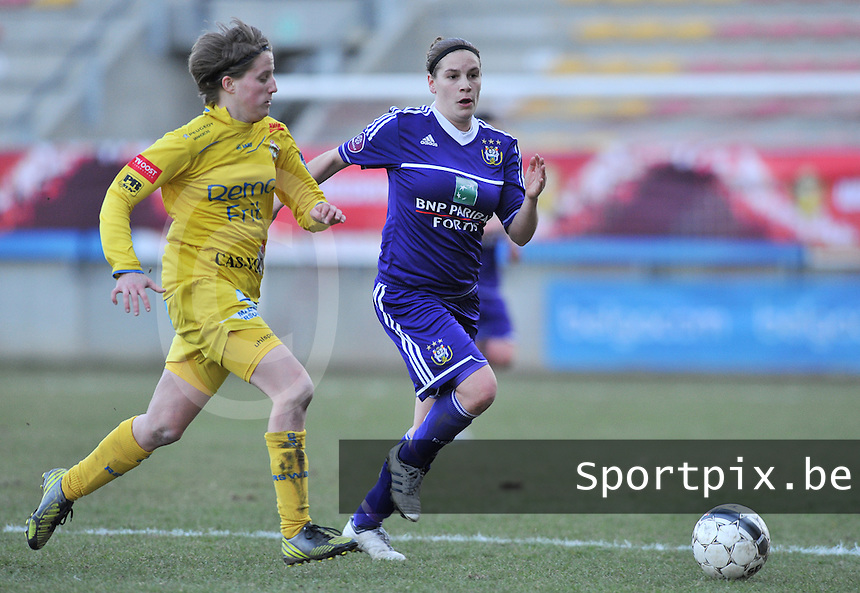Waasland Beveren Sinaai Girls - RSC Anderlecht : duel tussen Charlotte Van Wynsberghe (links) en Anne Puttemans.foto DAVID CATRY / Nikonpro.be