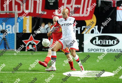 2014-01-04 / Voetbal / seizoen 2013-2014 / Football Battle Antwerpen / KBVB Futsal - OH Leuven / Marvin Ogunjimi (r. OHL) met Jonathan Neukermans<br /><br />Foto: Mpics.be