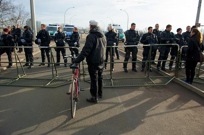 Mehrere tausend Menschen protestierten am Samstag den 18. Januar 2014 in Magdeburg gegen eine Demonstration von ca. 700 Neonazis. Die Nazis demonstrierten in Gedenken an die Bombardierung von Magdeburg am 16.1.1945 durch die Alliierten.<br />Die Polizei verhinderte erfolgreich alle Blockadeversuche der Gegendemonstranten. Daf&uuml;r waren Polizeieinheiten aus Berlin, Niedersachsen, Sachsen und Hessen nach Magdeburg beordert worden.<br />Im Bild: Polizeibeamte aus Sachsen sperren eine Elbbruecke, und lassen die Menschen nicht zu einer SPD-Veranstaltung auf der Ostseite der Elbe in Magdeburg-Herrenkrug. In der Naehe der SPD-Veranstaltung sollen Neonazis aufmarschiert sein.<br />18.1.2014, Magdeburg<br />Copyright: Christian-Ditsch.de<br />[Inhaltsveraendernde Manipulation des Fotos nur nach ausdruecklicher Genehmigung des Fotografen. Vereinbarungen ueber Abtretung von Persoenlichkeitsrechten/Model Release der abgebildeten Person/Personen liegen nicht vor. NO MODEL RELEASE! Don't publish without copyright Christian-Ditsch.de, Veroeffentlichung nur mit Fotografennennung, sowie gegen Honorar, MwSt. und Beleg. Konto:, I N G - D i B a, IBAN DE58500105175400192269, BIC INGDDEFFXXX, Kontakt: post@christian-ditsch.de<br />Urhebervermerk wird gemaess Paragraph 13 UHG verlangt.]